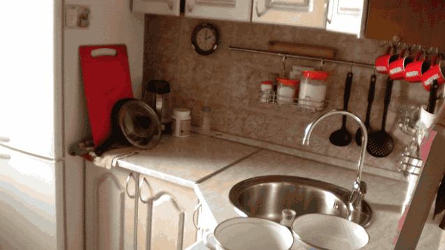 кухня рабочая зона с холодильником в углу