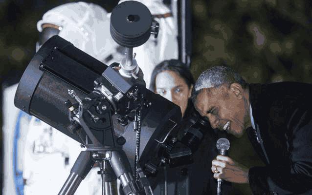 Обама смотрит в телескоп