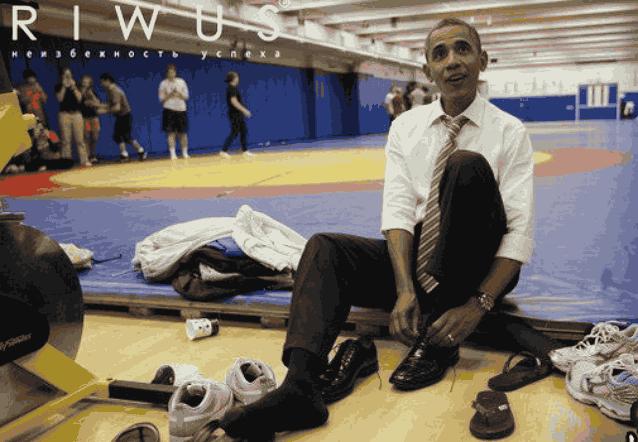 Обама обувает ботинки