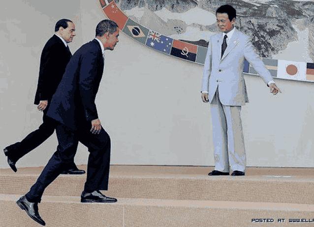 Обама поднимается по ступенькам