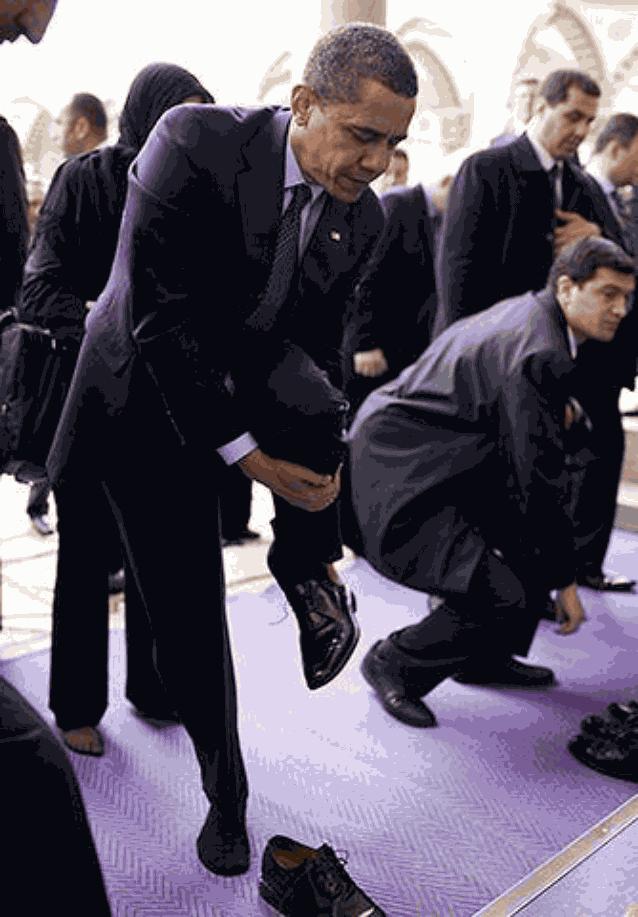 Обама снимает ботинки